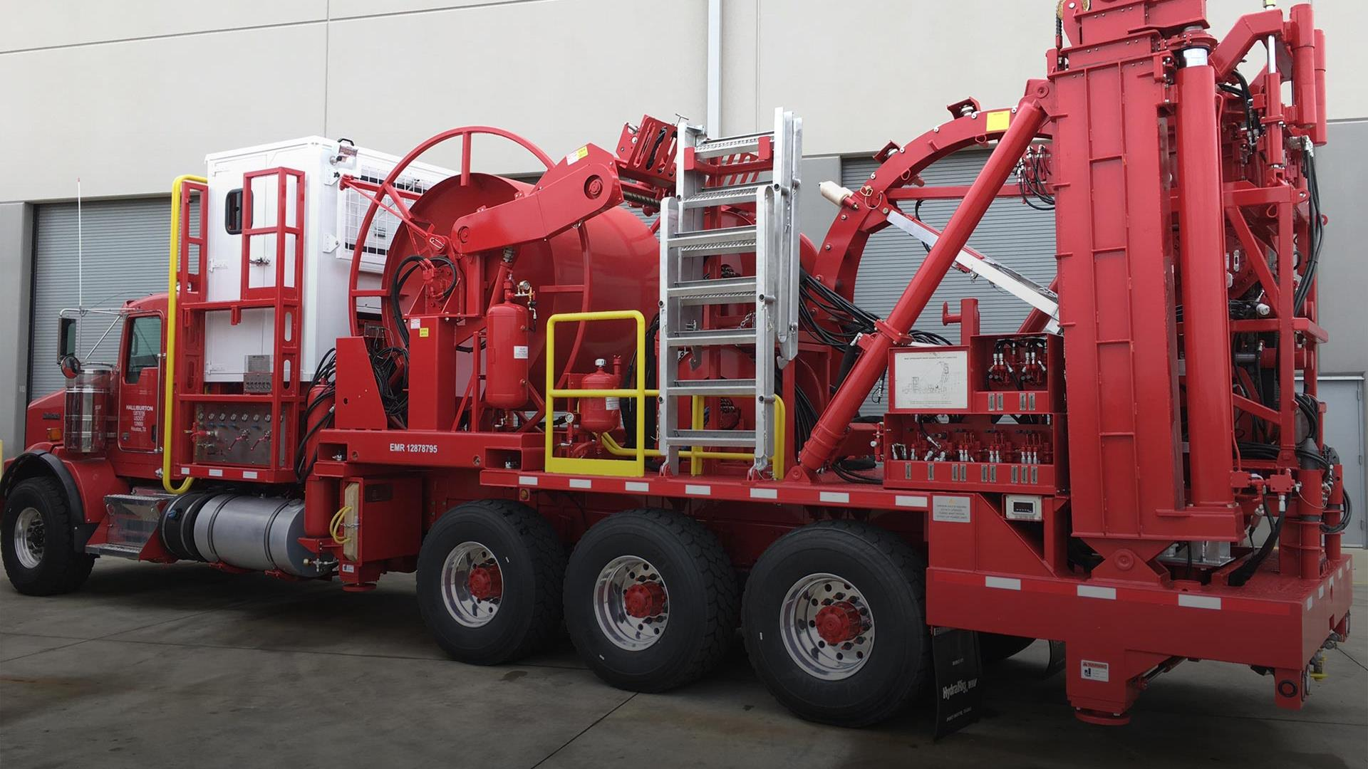 Side view of Bodyload Mast Coiled Tubing Unit