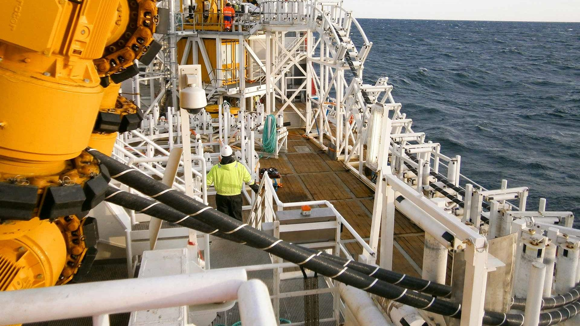 Offshore dual tensioner cable lay system