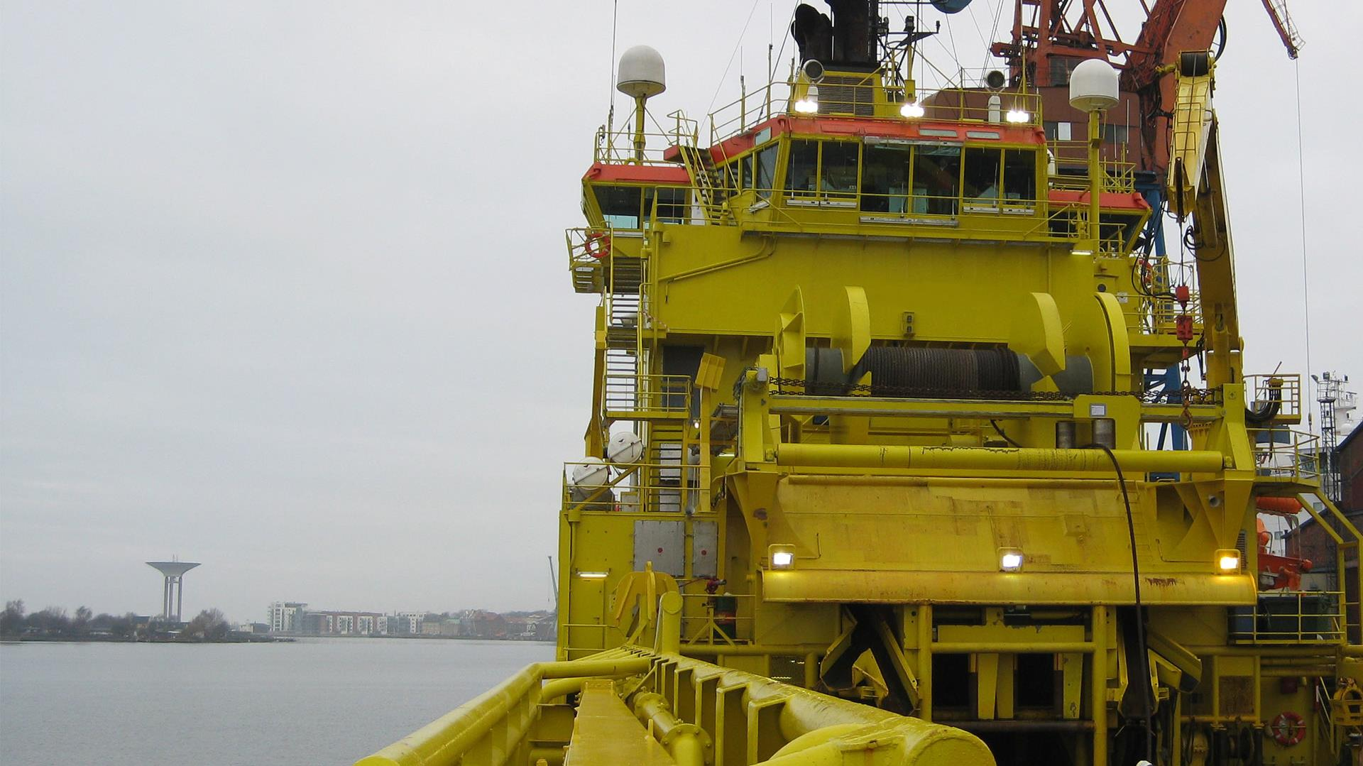 Anchor handling and towing winch on mobile offshore unit (MOU)