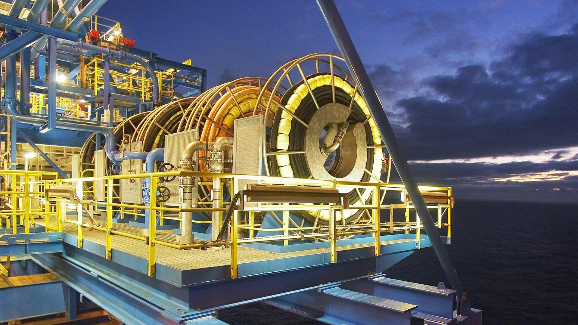 Offshore hose reels and hose loading station on drilling platform